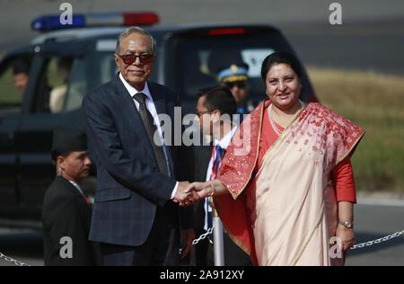 Kathmandu, Nepal. Xii Nov, 2019. Bangladesh presidente Abdul Hamid (L) stringe la mano con il Nepal il Presidente Bidhya Devi Bhandari al momento del suo arrivo presso l'aeroporto internazionale di Tribhuvan di Kathmandu Martedì, Novembre 12, 2019. Credito: Dipen Shrestha che ZUMA/filo/Alamy Live News