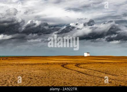 Oostduinkerke, Belgio (27 settembre 2019): Lonely beach cabin onder un cielo tempestoso Foto Stock