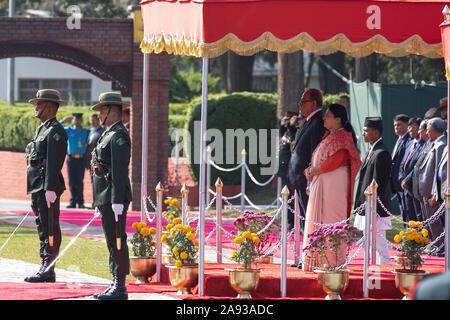 Kathmandu, Nepal. Xii Nov, 2019. Presidente del Bangladesh Abdul Hamid (C) sinistro e il Nepal è Presidente Bidhya Devi Bhandari (C) a destra ha ricevuto la guardia d'onore durante una cerimonia di benvenuto presso l'aeroporto internazionale di Tribhuvan di Kathmandu, Nepal, 21 novembre 2019 (foto di Prabin Ranabhat/Pacific Stampa) Credito: Pacific Press Agency/Alamy Live News