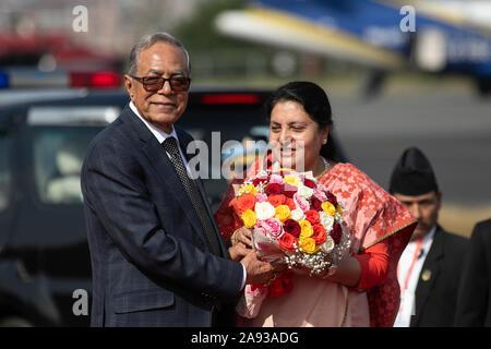 Kathmandu, Nepal. Xii Nov, 2019. Presidente del Bangladesh Abdul Hamid (R) riceve un bouquet di fiori dal Nepal il Presidente Bidhya Devi Bhandari (L) al momento del suo arrivo presso l'aeroporto internazionale di Tribhuvan di Kathmandu, Nepal, 21 novembre 2019. (Foto di Prabin Ranabhat/Pacific Stampa) Credito: Pacific Press Agency/Alamy Live News