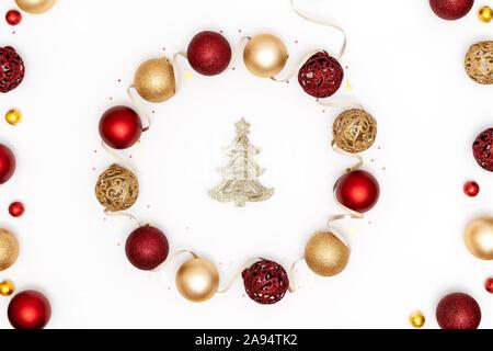 Decorazioni Natalizie 94.Ghirlanda Di Natale Con Decorazioni Dorate Su Porta Di Legno Foto Stock Alamy