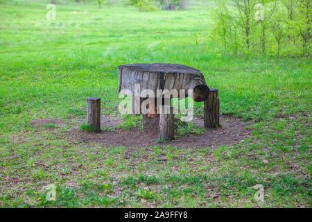 Tavolo e sedia di tronchi di alberi Foto stock Alamy