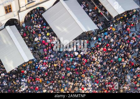 Praga, Repubblica Ceca - 26 ottobre 2019: la folla di gente sulla Piazza della Città Vecchia (Staromestske namesti) cercando di orologio astronomico sulla Città Vecchia Hal