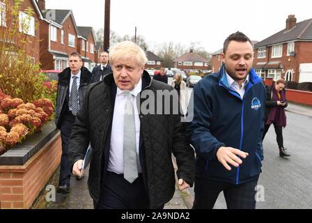 Mansfield. 17 Nov, 2019. La Gran Bretagna è il primo ministro Boris Johnson (FRONT L) accompagna il partito conservatore candidato per la circoscrizione di Mansfield Ben Bradley (R) adoperando durante una campagna elettorale in Mansfield, Gran Bretagna il 9 novembre 16, 2019. Credito: Xinhua/Alamy Live News