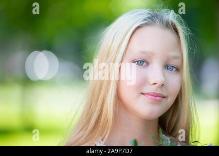 Ritratto di una bella ragazza adolescente. Dieci anni di blue-eyed girl
