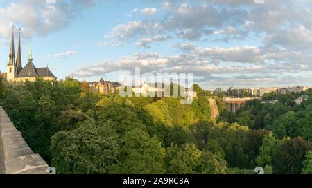 Città di Lussemburgo / Lussemburgo - 10. Agosto, 2019: vista del paesaggio urbano della città di Lussemburgo con i suoi numerosi edifici storici