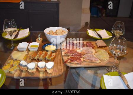 Selezione di formaggi e affettati sul table.Organic la produzione agricola nel sud della Francia. Degustazione di vino in Europa.Thuir,Perpignan,Francia Foto Stock