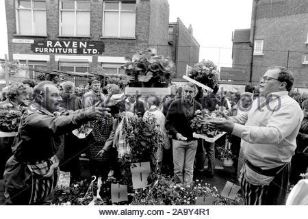 Columbia Road Il mercato dei fiori in una Domenica di credito 1990 Geraint Lewis Foto Stock