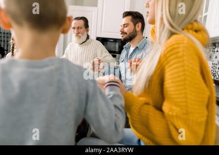 Felice bella famiglia pregare prima di cena vacanze sul rendimento di grazie