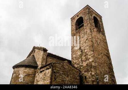Vecchio Valdibure, Pistoia, Toscana, Italia chiesa parrocchiale di San Giovanni San Giovanni a Montecuccoli, costruzione in pietra con torre campanaria contro il cielo bianco Foto Stock