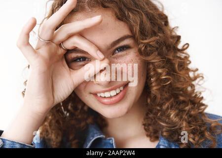 Headshot felice fortunato positivo ragazza giovane visualizza ok ok segno intorno all occhio sorridente con gioia divertimento incredibile giorno positivo permanente esprimendo approvazione Foto Stock