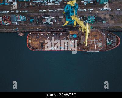 Drone vista della nave nel fiume Neva presso Shlisselburg, Russia