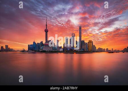 Tramonto su Lujiazui skyline e il fiume Huangpu, Shanghai, Cina