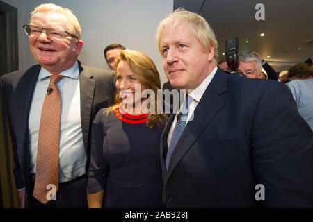 North Queensferry, UK. Il 26 novembre 2019. Nella foto: (sinistra) Jackson Carlaw MSP - Leader del conservatore scozzese e il Partito Unionista; (a destra), Boris Johnson MP - REGNO UNITO Il Primo Ministro e il leader dei conservatori e di partito unionista. Partito conservatore di lancio Manifesto: Boris Johnson visto per la sua campagna elettorale a North Queensferry. Credito: Colin Fisher/Alamy Live News.
