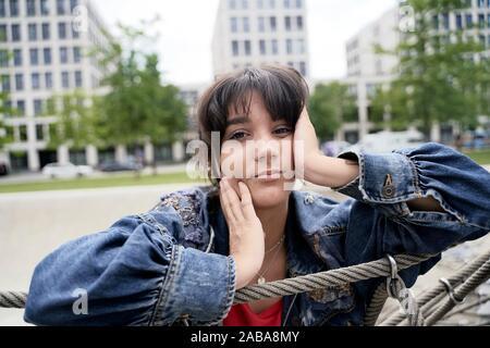 Giovane donna nel parco, Monaco di Baviera, Germania. Foto Stock