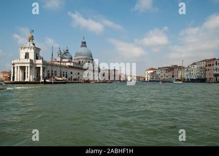 Venezia, Italia: Basilica di Santa Maria della Salute und Punta della Dogana, vista da una barca nel Grand Canal