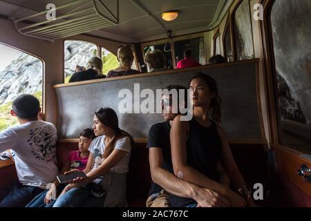 I turisti all'interno il Cog Railway in sella per il Monte Pilatus, Lucerna, Svizzera Foto Stock