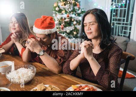 Persone in preghiera prima di cena