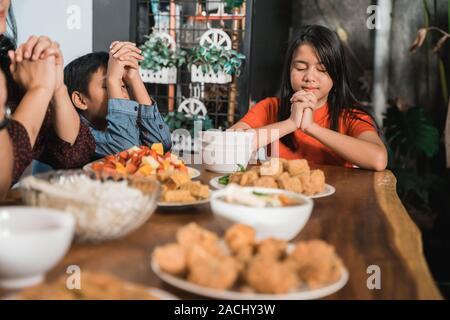 Famiglia cristiana la preghiera prima del pasto