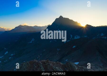 Corno dei Tre Signori illuminata dai raggi del sole all'alba, vista aerea, Passo Gavia, Valfurva Valtellina, provincia di Sondrio, Lombardia, Italia