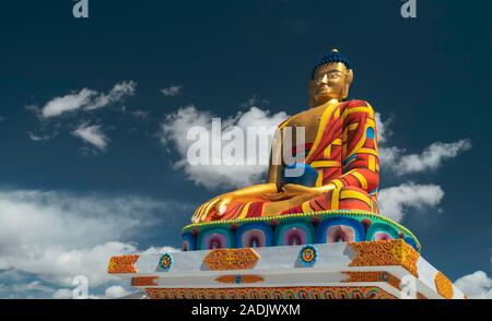 Colorato grande statua di Budda contro un cielo blu brillante e nuvole bianche in estate il 17 settembre 2019 in Langza, Himachal Pradesh, India. Foto Stock