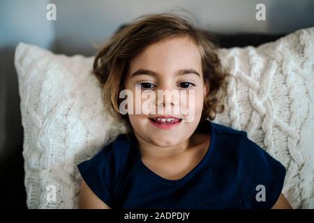 Bella sorridente bambina di 4 anni ragazza con sopracciglia scure e occhi marroni Foto Stock