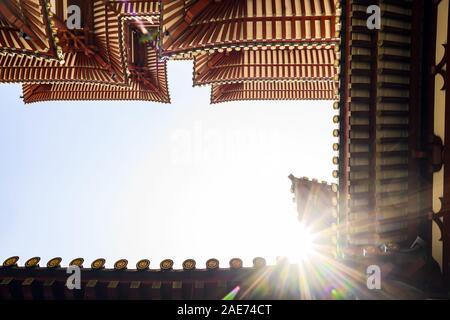 (Fuoco selettivo) vista spettacolare del Dente del Buddha reliquia Tempio dal fondo. Il Dente del Buddha reliquia tempio è un tempio buddista in Singapore