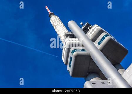Praga, Repubblica Ceca - 26 Ottobre 2019: Zizkov torre della televisione (216 metri) a Praga con torre neonati scultura su di esso da David Cerny