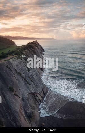 Il paesaggio della costa di Flysch famosi In Zumaia al tramonto, Paesi Baschi, Spagna. Famose formazioni geologiche .