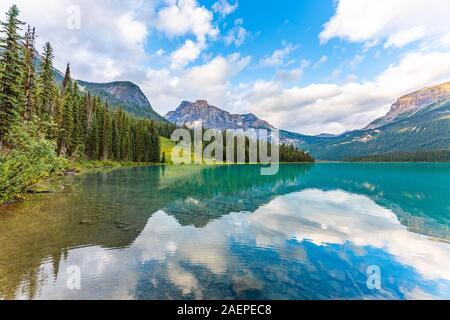 Bella riflessione al Lago Smeraldo nel Parco Nazionale di Yoho, British Columbia, Canada Foto Stock