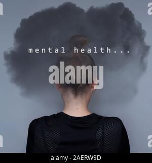 Ragazza con dark cloud sulla vostra testa e testo. Assistenza in materia di salute mentale del concetto. Problema d'ansia. Triste espressione. Donna asiatica. Grande design per qualsiasi finalità. Fotografia stock.