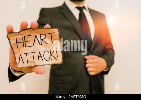 Conceptual la scrittura a mano che mostra un attacco di cuore. Concetto significato improvvisa insorgenza di trombosi coronarica risultante nella morte umana maschio usura di lavoro formale