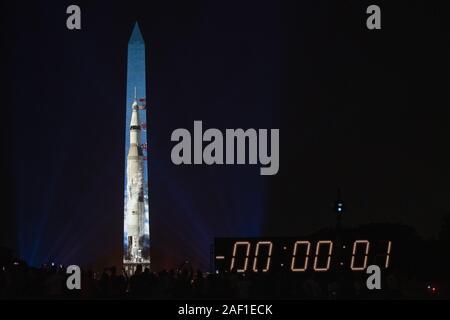 """Washington, Stati Uniti. 12 Dic, 2019. Il Saturn V a razzo che ha lanciato l'Apollo 11, parte di """"Apollo 50: andare per la luna,' una speciale 17 minuti di spettacolo è proiettata sulla parete est del Monumento di Washington di Washington il 19 luglio 2019. Il Smithsonian e la NASA sono celebra il cinquantesimo anniversario della missione Apollo 11 che ha preso l'uomo sulla luna. Neil Armstrong e Buzz Aldrin e Michael Collins ha preso il via dalla terra il 16 luglio 1969 e Armstrong e Aldrin sbarcati sulla luna sulla luglio 20, 1969. Foto di Pat Benic/UPI Credito: UPI/Alamy Live News Foto Stock"""