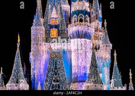 Orlando, Florida. Dicembre 05, 2019 . Vista parziale di Cenerentola Castello con decorazione di Natale al Magic Kingdom