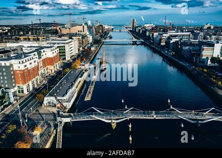 Antenna di città di Dublino vista sul fiume Liffey .Samuel Beckt e Sean O'Casey Bridge