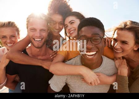 Ritratto di sorridere giovani amici a piedi insieme all'aperto Foto Stock