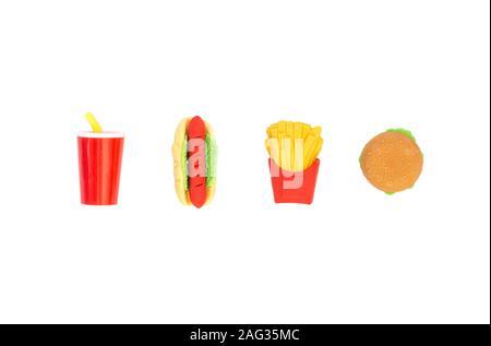 Sullo sfondo di un giocattolo di vario il fast food in miniatura isolato su uno sfondo bianco. Foto Stock