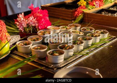 Un'alta angolatura di deliziosi frutti di mare al centro di un tavolo a Bonaire, Caraibi