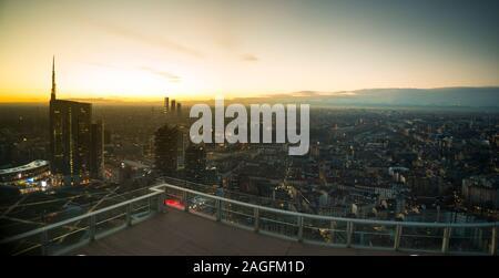 Milano cityscape al tramonto, Vista panoramica con nuovi grattacieli di Porta Nuova distretto. Paesaggio italiano.