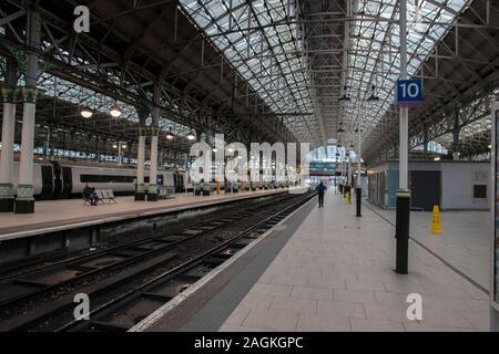 Piattaforma alla stazione di Piccadilly Manchester Inghilterra 2019