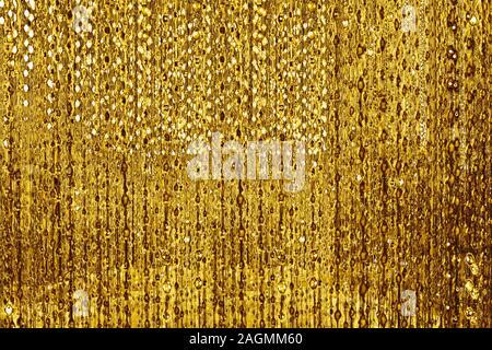 Abstract lucide linee dorate e bolle sfondo sfocato sfondo bokeh, incandescente color oro strisce decorative pattern, giallo finitura metallica Foto Stock