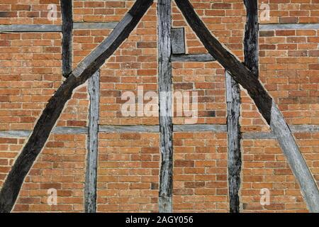 Travi in legno in esecuzione attraverso il red brick, pattern