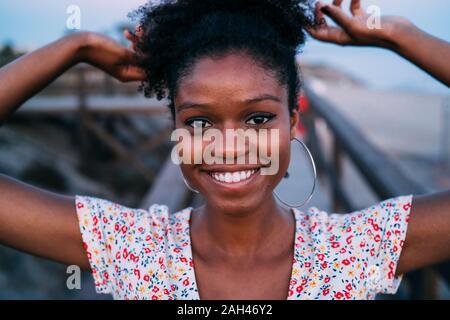 Ritratto di donna felice capelli di legatura