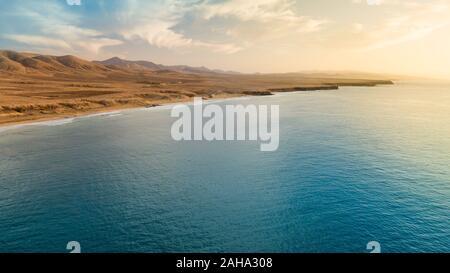 Vista aerea della costa ovest di Fuerteventura al tramonto, isole canarie Foto Stock
