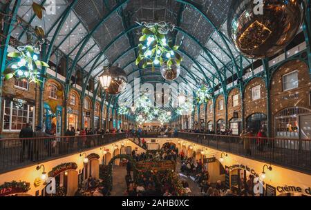 Londra, UK- Dicembre 2019 : le decorazioni di Natale al Covent Garden di Londra sul dicembre 23, 2019.