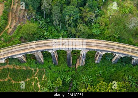 Vista aerea di nove ponte di Arco sullo Sri Lanka.