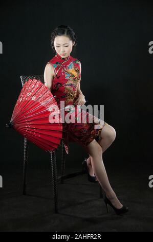 Femmina asiatica, in pose diverse indossando il tradizionale cinese o qipao cheongsam una moda tradizionale