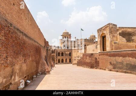 Lahore Fort pittoresca vista mozzafiato Alamgiri Gate con sventola Bandiera Pakistan su un soleggiato Blue Sky giorno
