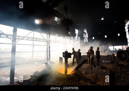 Altoforno in acciaio fuso funziona, rischioso lavoratori in fabbriche di acciaio stanno lavorando a Demra, Dhaka, Bangladesh.