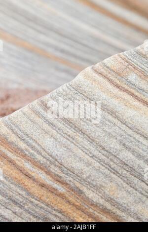 Modelli astratti, delle forme e delle linee del pastello soffice rocce colorate a Spittal beach, Northumberland geologico - arte rupestre, Inghilterra del Nord Est. Foto Stock